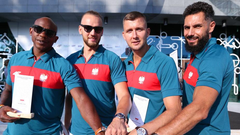 Reprezentacja Polski w koszykówce 3x3 mężczyzn na IO w Tokio. Od lewej Michael Hicks, Szymon Rduch, Przemysław Zamojski i Paweł Pawłowski
