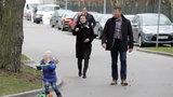 Spacer pod specjalną ochroną! To Ewa Kopacz z wnuczkiem w parku!