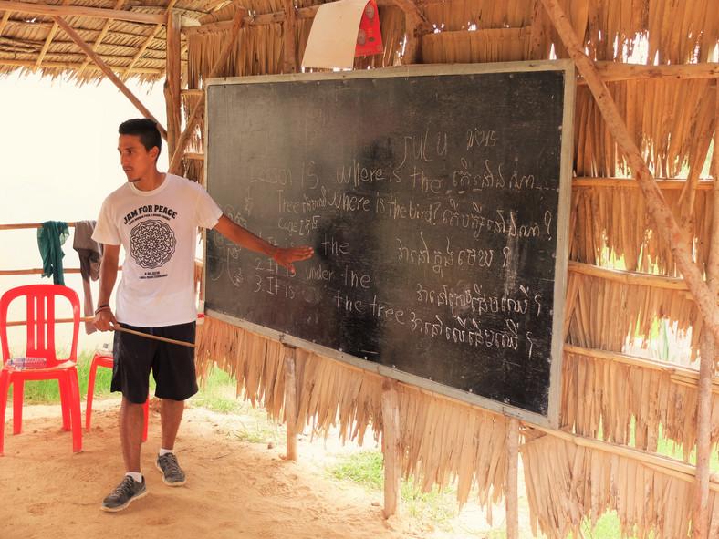 Lekcja języka angielskiego prowadzona przez wolontariusza z Kolumbii