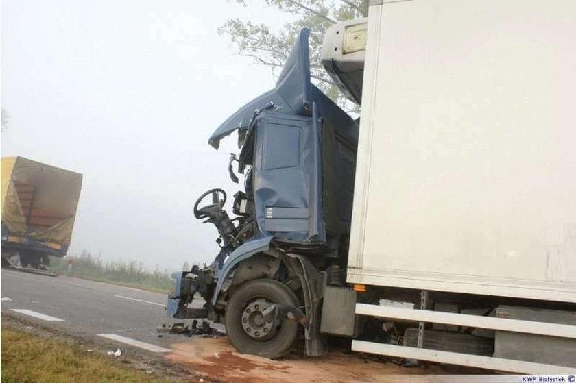 Cud! Kierowca tego roztrzaskanego tira ma tylko złamaną nogę i uraz głowy!