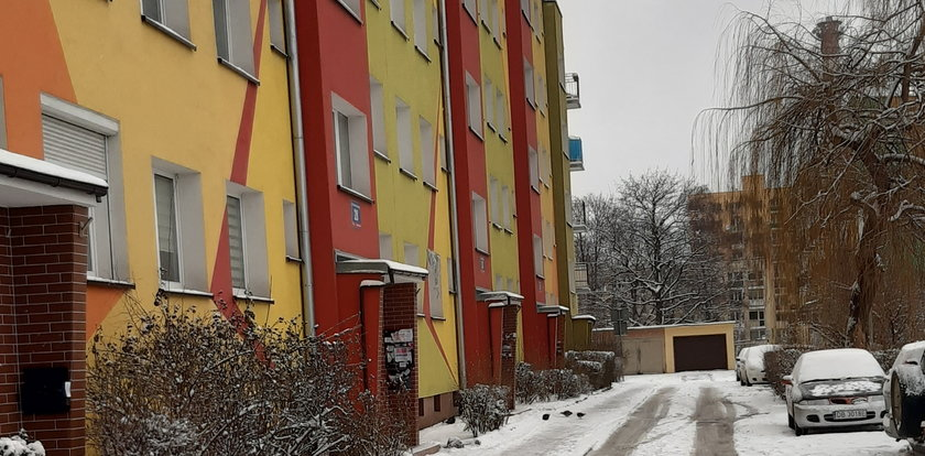 Koszmar w Wałbrzychu. Wnuczek rzucił się z nożem na babcię. Ślady krwi ciągnęły się aż dwa piętra w dół