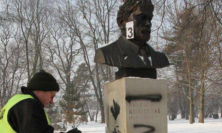 Napisali: Zdrajca! Znowu zniszczono pomnik Kuklińskiego