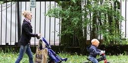 Schejbal uczy syna jeździć na rowerku. FOTO