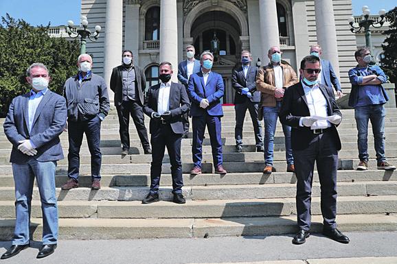 Deo opozicije najavio je protest ispred Skupštine, zbog, kako kažu, kršenja Ustava i neustavnog uvođenja vanrednog stanja i mera koje ga prate