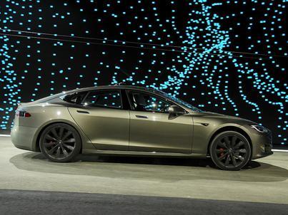 Tesla jest liderem rynku samochodów elektrycznych. Niemcy chcą rzucić jej rękawicę