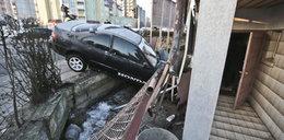 Honda uderzyła w dom. Kierowca uciekł. Mógł pozabijać ludzi