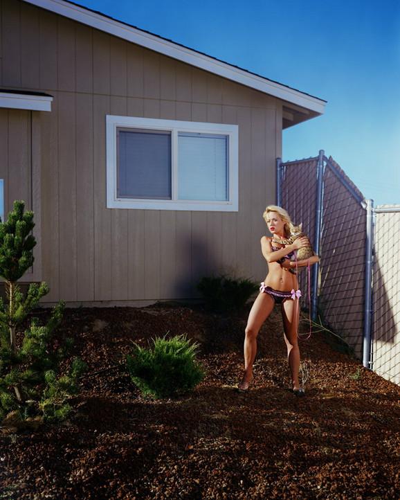 Kemi Parker je pozirala u brushalteru i gaćicama u dvorištu