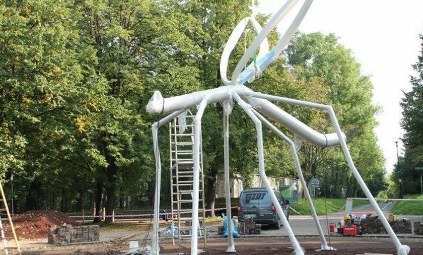 montaż rzeźby komara w Parku Śląskim