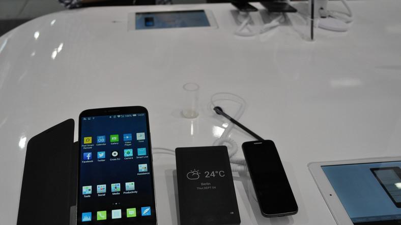 Oto najbardziej pomysłowy zestaw. Alcatel pokazał telefon z dwoma pilotami. Jeden służy do wybierania numeru, drugi to czytnik z ekranem e-ink, który potrafi zarówno wyświetlić maile, jak i książki. Dzięki tym pilotom nie musimy korzystać często z ekranu smartfona, co oszczędza baterię.
