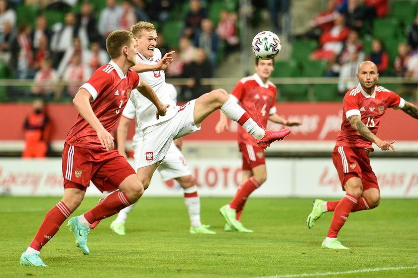 Można długo dyskutować o tym, czy Polska powinna grać jednym czy dwoma napastnikami.