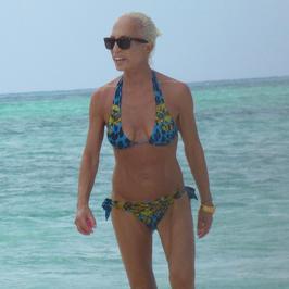 58-letnia Donatella Versace dumnie prezentuje sylwetkę na plaży