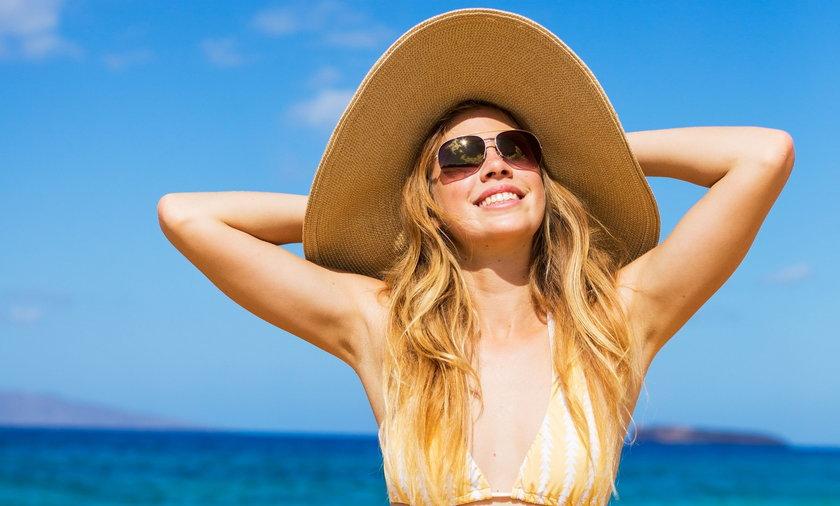 Jak szybko się opalić? W pierwszych dniach opalania smaruj skórę balsamem z SPF 50-30. Początek urlopu to moment kiedy najłatwiej spalić skórę, dlatego uważaj. Po kilku dniach, kiedy skóra lekko zbrązowieje możesz sięgnąć po niższy filtr SPF 30-20.