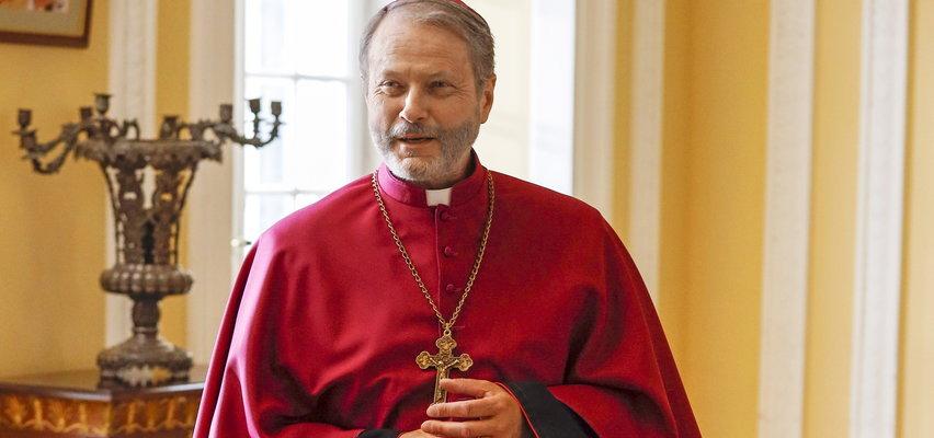 """Sensacyjne zdjęcia z serialu. """"Ojciec Mateusz"""" zostanie biskupem?"""