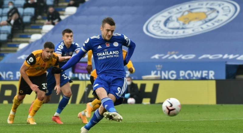 Leicester go top as Vardy tames Wolves