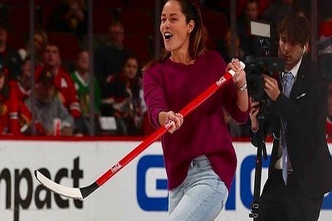 Ljudi gledaju i ČUDE SE u kakvim ČIZMAMA Ana igra hokej na ledu: Mada, toliko su PRELEPE da ih ne bismo skidale ni po suncu ni po snegu