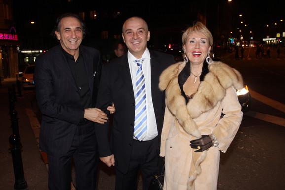 Boba Živojinović i Lepa Brena u društvu Filipa Ceptera stižu na svečanu večeru.