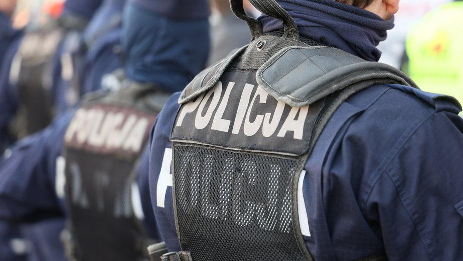 Policjanci zlikwidowali fabrykę papierosów w garażu i przejęli 50 kg narkotyków