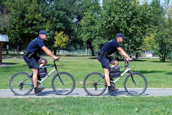 Leti i u bermudama na biciklima