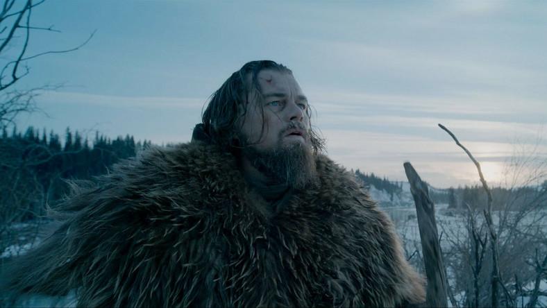 """Dzieło powstaje w oparciu o powieść Michaela Punke, """"The Revenant: A Novel of Revenge"""". Akcja rozgrywa się w roku 1822. Hugh Glass, traper i poszukiwacz przygód (w tej roli Leonardo DiCaprio), został wówczas zaatakowany przez niedźwiedzia i poważnie raniony w niedostępnym, górzystym terenie."""