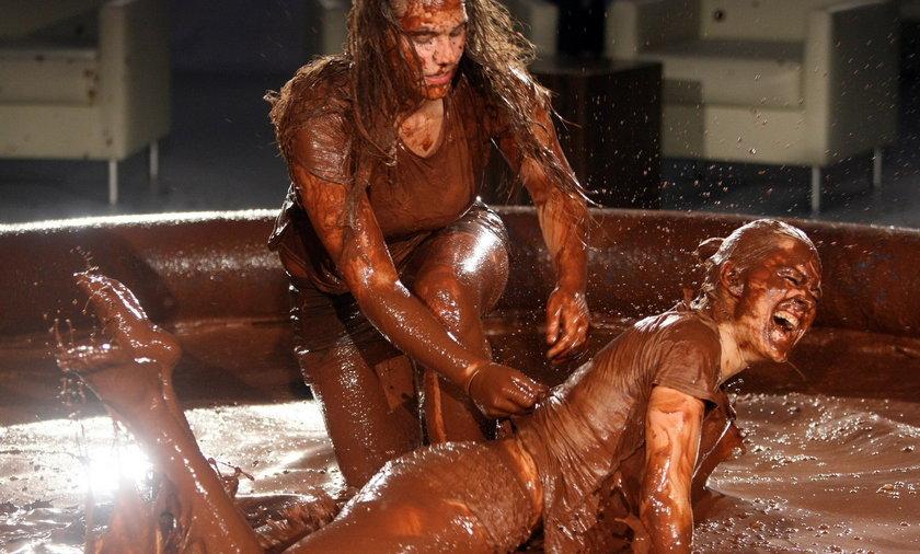 Kobiety tłuką się w czekoladzie