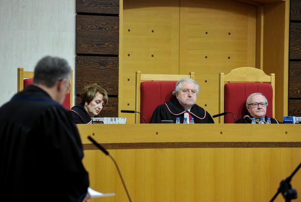 Sędziowie TK: Stanisław Biernat, sprawozdawca Andrzej Rzepliński oraz Małgorzata Pyziak-Szafnicka podczas rozprawy przed Trybunałem Konstytucyjnym.