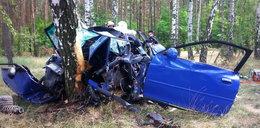 Samochód uderzył w drzewo. Zginęły 3 osoby