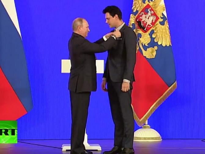 Važan dan za Bikovića: Od Putina primio veliko priznanje, a stilom pokazao KAKAV JE GOSPODIN