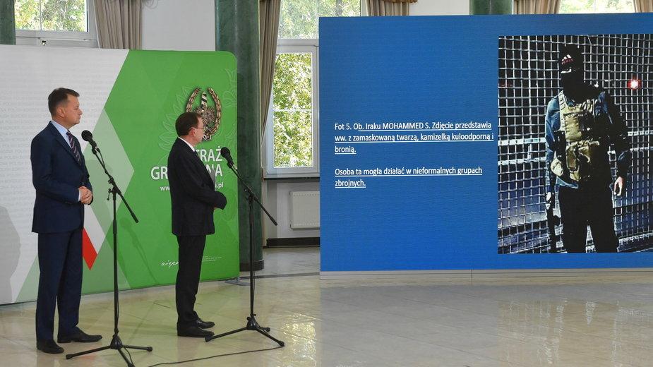 Minister spraw wewnętrznych i administracji Mariusz Kamiński, minister obrony narodowej Mariusz Błaszczak podczas konferencji prasowej w siedzibie Komendy Głównej Straży Granicznej w Warszawie