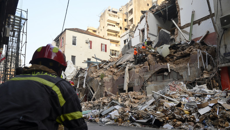 epa08644260 Rescue team from Chile work with Lebanese civil defense in a rescue mission after a scanner and a sniffer dog from the rescue team detected that there might be a survivor under the rubble at Mar Mikhael area in Beirut, Lebanon, 03 September 2020. According to Lebanese Health Ministry, at least 190 people were killed, and more than six thousand injured in the Beirut blast that devastated the port area on 04 August and believed to have been caused by an estimated 2,750 tons of ammonium nitrate stored in a warehouse. EPA/WAEL HAMZEH Dostawca: PAP/EPA.