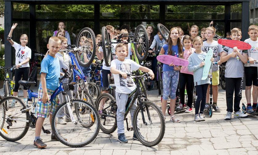 Rybnik.  Uczniowie dojeżdżają rowerami do szkoły