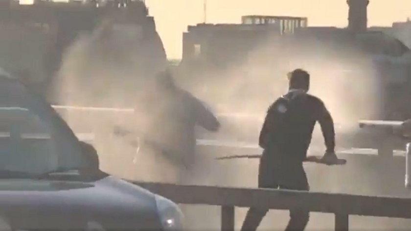 Moment walki z terrorystą uchwycił jeden ze świadków