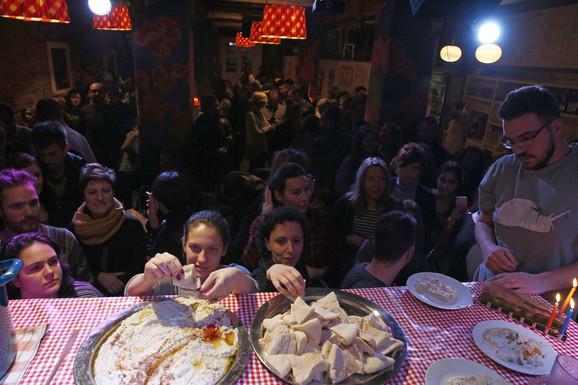 Humus se jede rukama: Posetioci probaju majstorski pripremljen specijalitet