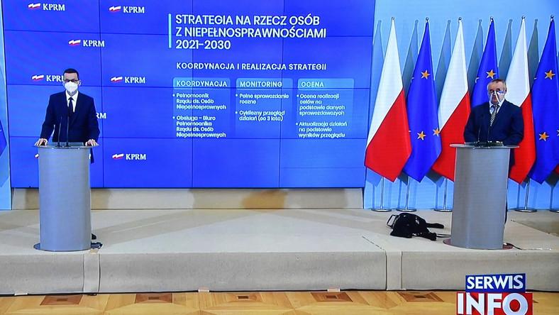 Premier Mateusz Morawiecki oraz wiceminister rodziny i polityki społecznej, pełnomocnik rządu ds. osób niepełnosprawnych Paweł Wdówik
