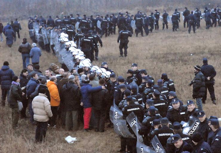 109439_kragujevac-korman-polje-policija-obezbedjuje-geodete-foto-n-raus-3