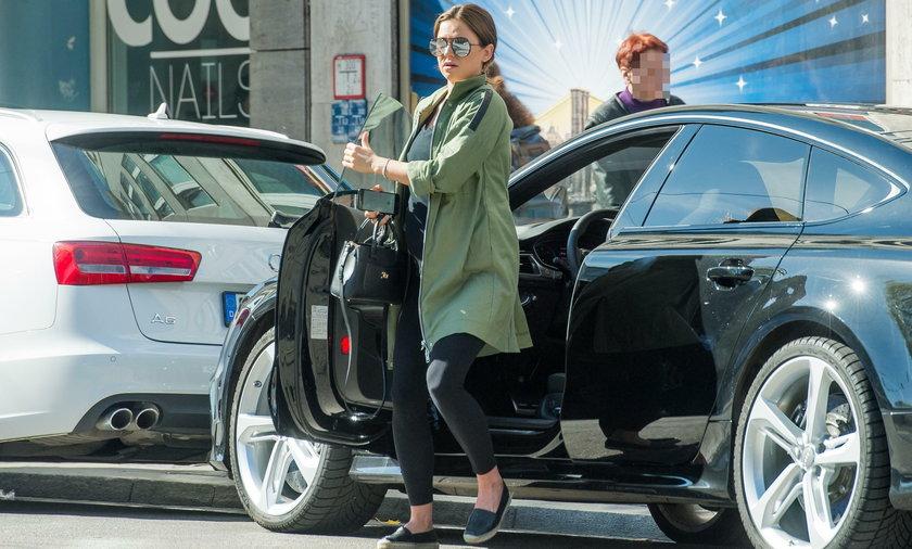 Anna Lewandowska wychodzi z samochodu