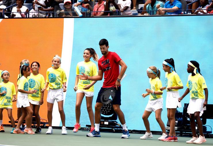 Novak Đoković igra sa decom