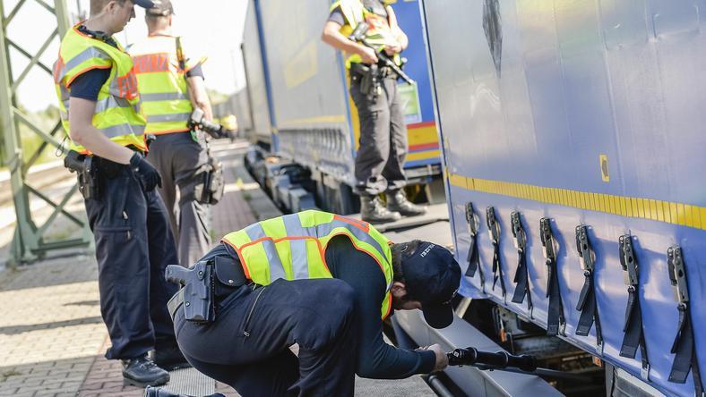 Policjanci kontrolujący niemiecką granicę