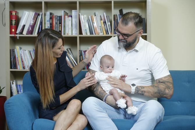 Milica okružena ljubavlju mame i tate