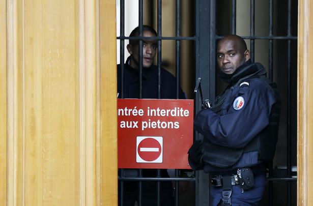 """""""Nie chcę odpowiadać na pytania"""" - oznajmił Abdeslam, gdy sędzia Marie-France Keutgen poprosiła go o potwierdzenie tożsamości. Już wcześniej 28-latek nie chciał nic zdradzać śledczym."""