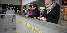 Happening w Katowicach. Ludziki z klocków naprawiają schody