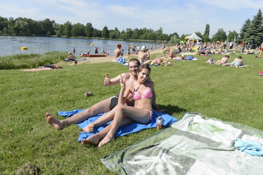 Młodzi ludzie na kąpielisku