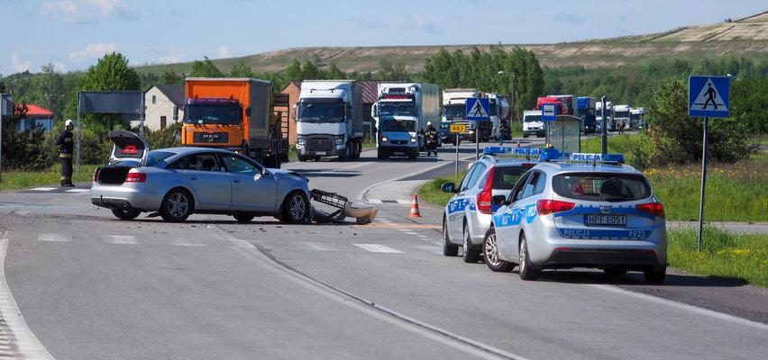 Wypadek pod Bełchatowem. Pięć osób rannych. Policja ustala, co się stało. Pogoda jak marzenie, warunki drogowe... idealne