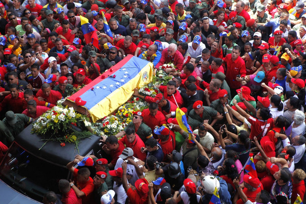 Trumna z Hugo Chavezem na ulicach Caracas.