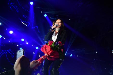 Pevačica je od publike dobila cveće