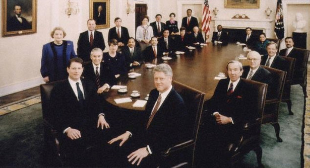 """Prof. Zbigniew Lewicki: Sprzeciw Moskwy był w Waszyngtonie brany pod uwagę. Wokół ówczesnego zastępcy sekretarza stanu Strobe'a Talbotta istniały grupy, które rozważały negatywne opinie Moskwy. Na szczęście w otoczeniu prezydenta Billa Clintona przeważyły opinie tych, którzy brali pod uwagę nie tyle interes Polski, ile interesy USA i całego Zachodu, których częścią było włączenie tej części Europy, mówiąc językiem zimnej wojny, do """"zachodniej strefy wpływów"""". Na zdjęciu prezydent USA Bill Clinton i jego administracja."""