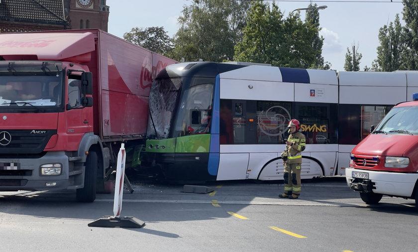 Dramatyczny wypadek w Szczecinie. Tramwaj zderzył się z ciężarówką