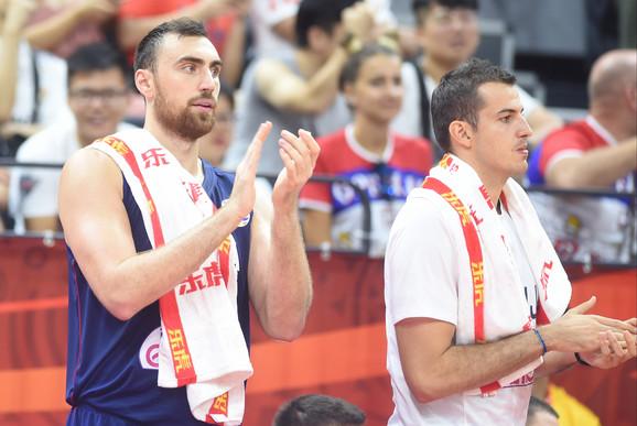 Nikola Milutinov i Nemanja Bjelica aplaudiraju saigračima zbog sjajnog poteza na meču Srbije i Angole