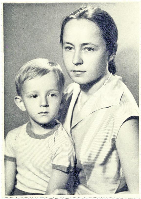 """Đilasova deca Aleksa i Štefica (1957) - ovu fotografiju je držao na stolu u ćeliji, a na poleđini je stajala strofa poznate pesme Desanke Maksimović """"Sreća"""" koju je ispisala Štefica: """"Ne merim više vreme na sate, ni po sunčevom vrelom hodu, dan mi je kad njegove se oči vrate, i noć kad ponovo od mene odu."""""""