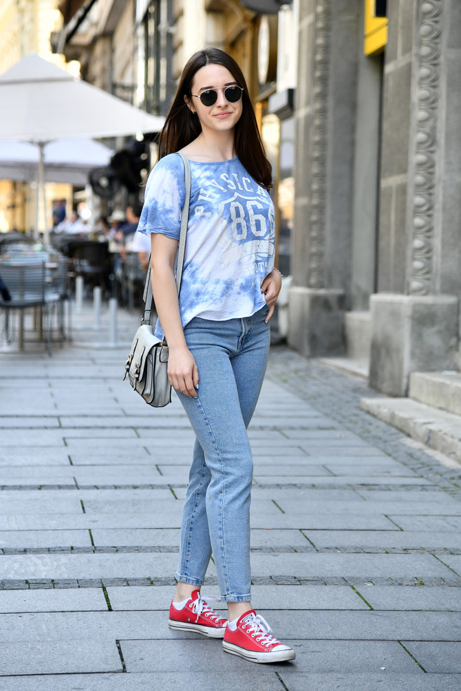 Džins i majica za gradsku šetnju