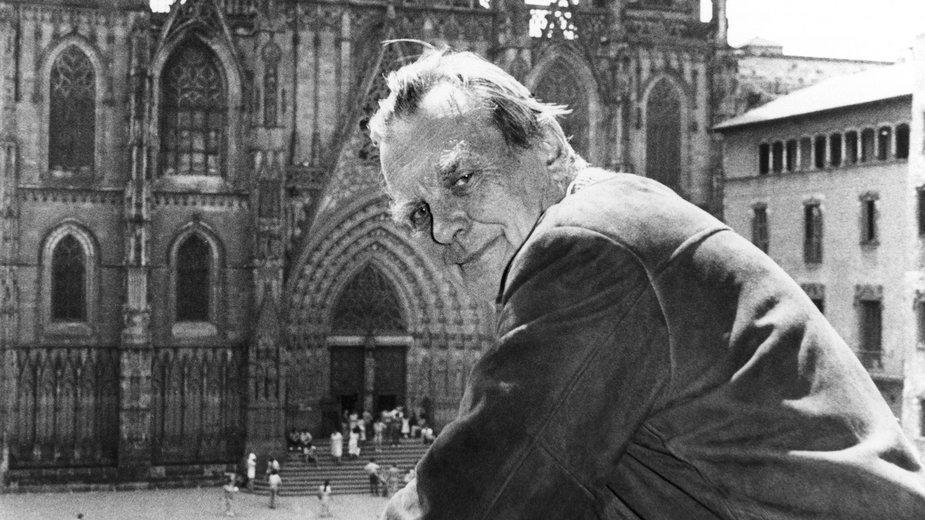 Czesław Miłosz pozuje w Barcelonie (1981)